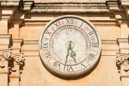 orologi antichi: Vecchio orologio sulla Cattedrale di St Paul a Mdina, Malta Archivio Fotografico