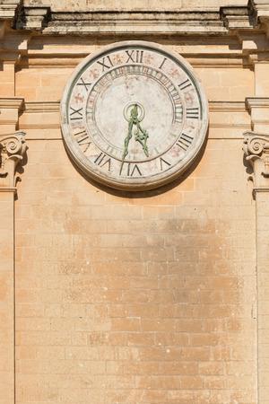 pawl: Vecchio orologio sulla Cattedrale di St Paul a Mdina, Malta Archivio Fotografico