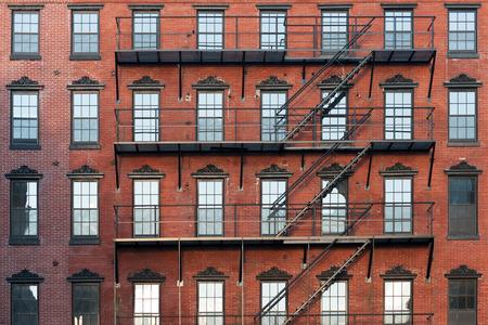 the center of the city: Antiguo edificio de apartamentos de piedra rojiza en la ciudad de centro de Filadelfia