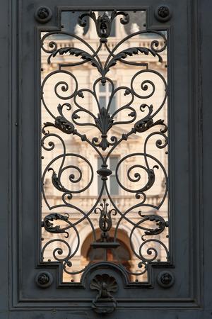 puertas de hierro: Puertas de hierro del Palacio Potocki en el hist�rico de Lviv, Ucrania