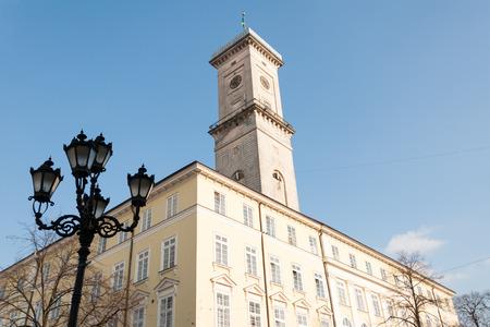 central market: Ayuntamiento y farola de la plaza del mercado central de Lviv Foto de archivo