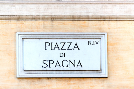 spagna: Piazza di Spagna sign on historic italian building in Rome