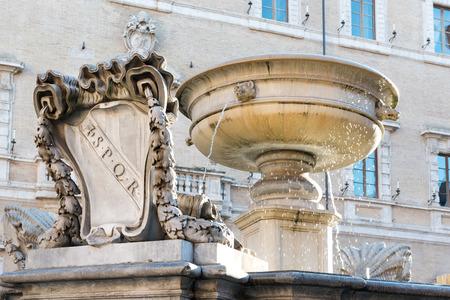 spqr: Fuente m�s antigua de Roma en la Piazza Santa Maria in Trastevere Foto de archivo