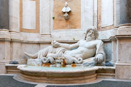 neptuno: Fuente del Río Dios Marforio en el patio del Museo Capitolino