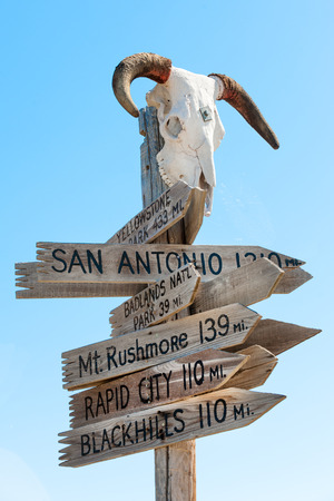 western usa: Western signpost with goat skull to famous US landmarks Stock Photo