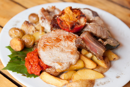 Plate with grilled meat and chicken in local Croatian restaurant Stockfoto
