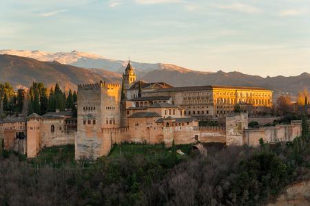 美しいアルハンブラ宮殿とグラナダ、スペインの山の周辺