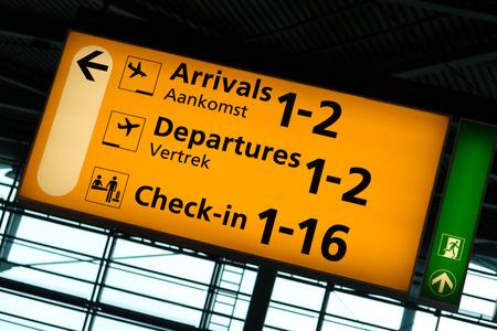 Sinal direcional dentro do Aeroporto Internacional de Schiphol, Amsterdam