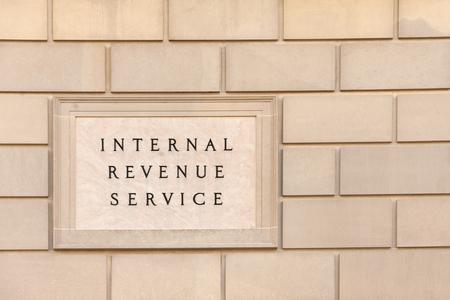 Teken op IRS hoofdkantoor gebouw in het centrum van Washington, DC