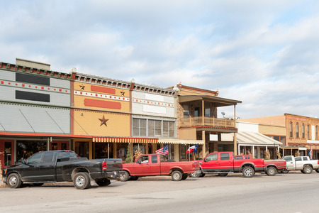 古いれんが造りの典型的なメイン ・ ストリートは、テキサスの小さな町、アメリカで格納します。