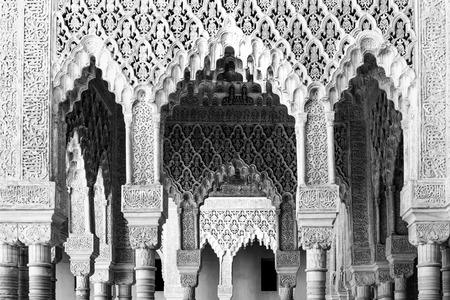 ムーアのアーチやグラナダ、スペインのアルハンブラ宮殿のハレムの列