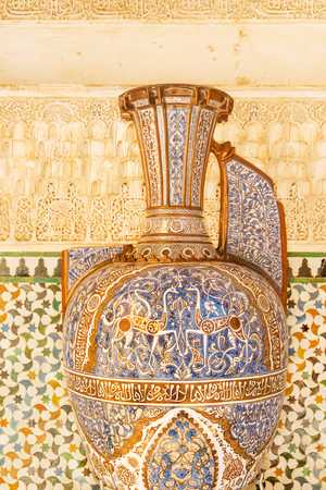 anforas: Alhambra Vase of the Gazelles, The Great Hall of Comares, Alhambra palace Foto de archivo