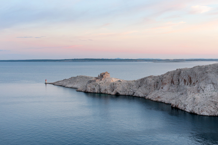 Ruins of old fortress and small lighthouse on Pag island, Croatia Banque d'images - 118061197