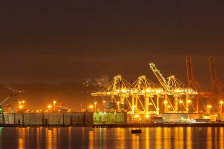 Grúas en la terminal del puerto de Seattle por la noche, Washington, EE. Foto de archivo