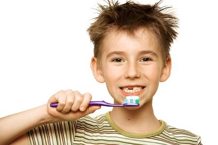 cepillarse los dientes: Ni�o hermoso cepillarse los dientes, aislados en blanco