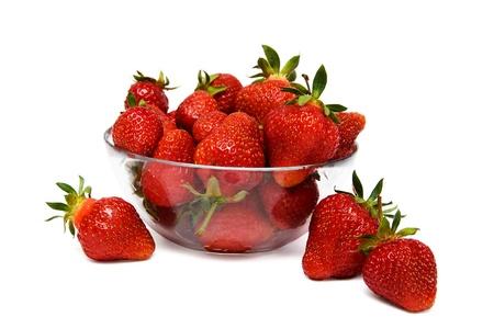 frutillas: fresas en un recipiente de vidrio aislado en un fondo blanco Foto de archivo