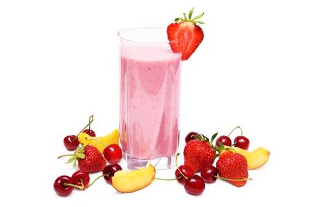 Strawberry smoothie: Frullato di frutta con ciliegia, fragola e pesca isolato su sfondo bianco