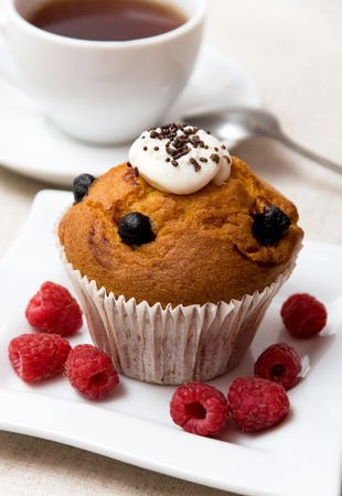 coffee spoon: cupcakes with raspberries on white plate