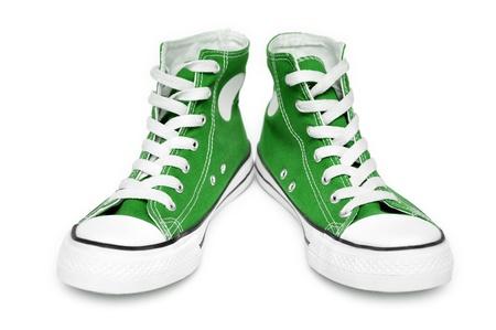 スニーカー: 白い背景上に分離されて新しいグリーン スニーカーのペア