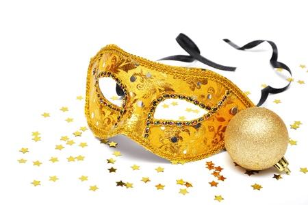 carnaval: Carnaval gouden masker met confetti op witte achtergrond Stockfoto