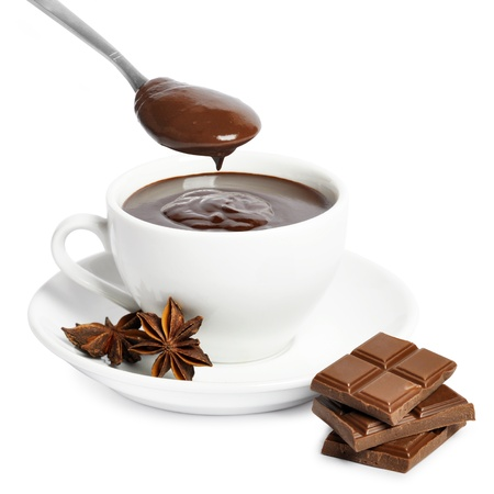 hot chocolate: taza de chocolate caliente con chocolate en una cuchara de t� aisladas sobre fondo blanco