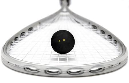 racquetball: Primer plano de una raqueta de squash y la pelota más de blanco