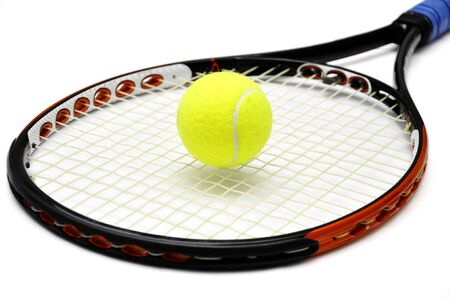 raqueta de tenis: Tenis raqueta y la pelota sobre el fondo blanco