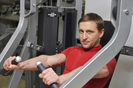 hombres haciendo ejercicio: Hombres guapos ejercicio en el gimnasio