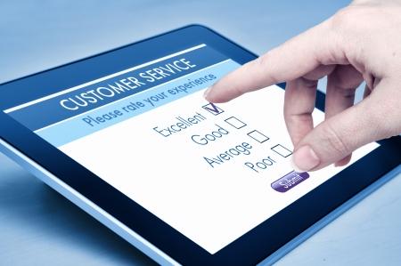 control de calidad: Servicio en línea de satisfacción del cliente encuesta sobre una tableta digital