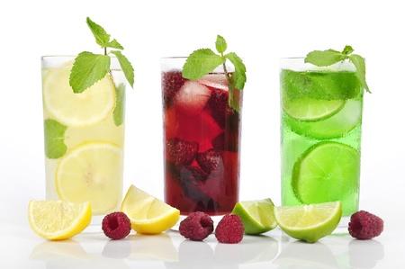 frisdrank: Drie verfrissende drankjes in glasess met munt en ijs geïsoleerde Stockfoto