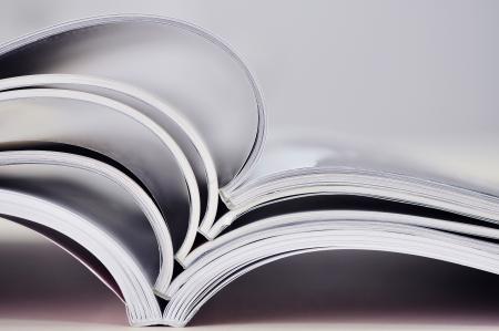 literatura: Primer fondo de una pila de revistas viejas con las p�ginas de flexi�n dof bajo Peque�o