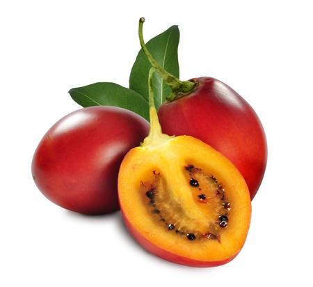 tomate de arbol: Frutas frescas del tomate de árbol con hojas aisladas sobre fondo blanco Foto de archivo