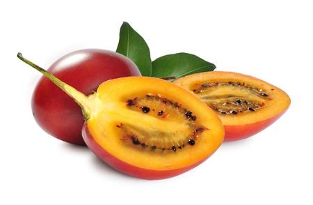 tomate de arbol: Tamarillo frutas con hojas aisladas sobre fondo blanco. Foto de archivo