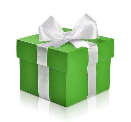 Groene geschenk doos met wit lint geà ¯ soleerd op witte achtergrond. Het knippen inbegrepen weg. Stockfoto