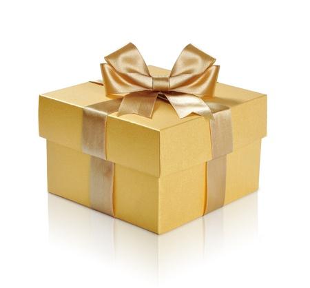 cajas navide�as: Caja de regalo de oro con la cinta de oro sobre fondo blanco. Trazado de recorte incluidos. Foto de archivo