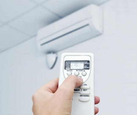 feltételek: Kézi távirányítóval irányítani a légkondicionáló Stock fotó