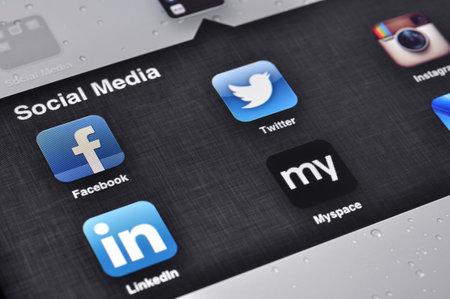 compa�erismo: Kiev, Ucrania - ene 12, 2013: pantalla Apple Ipad con aplicaciones de medios sociales de Facebook, Twitter, Linkedin, Myspace, Instagram