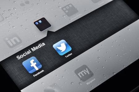 social networking service: Kiev, Ucrania - ene 12, 2013: Un iPad de Apple con las aplicaciones de Facebook y Twitter en la pantalla. Facebook es la m�s grande de servicio de red social. A partir de septiembre de 2012, Facebook cuenta con m�s de mil millones de usuarios activos, m�s de la mitad de ellos utiliza Facebook en el m�vil Editorial