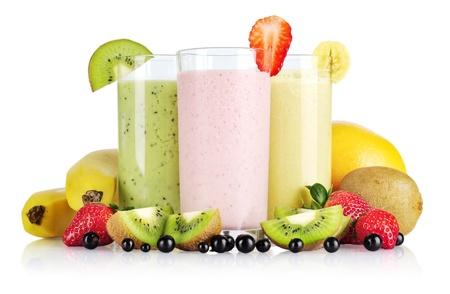 licuado de platano: Batidos de fruta con la grosella negro, fresa, kiwi, naranja y plátano aisladas sobre fondo blanco