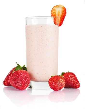 Organic Strawberry Smoothie hecho con ingredientes frescos aislados en blanco photo