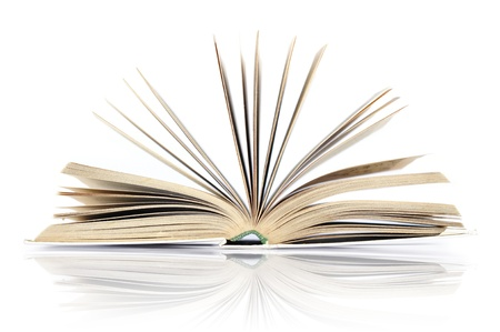 fondo de graduacion: Libro abierto con la reflexión aislada en el fondo blanco