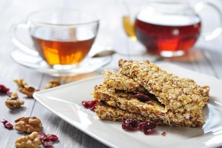 barra de cereal: Muesli Bars en la placa con frutos secos y frutas secas Foto de archivo
