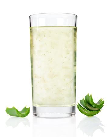 アロエベラのジュースの白い背景で隔離のガラス