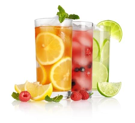 coctel de frutas: vaso de t? helado con lim?n y menta en el fondo blanco Foto de archivo