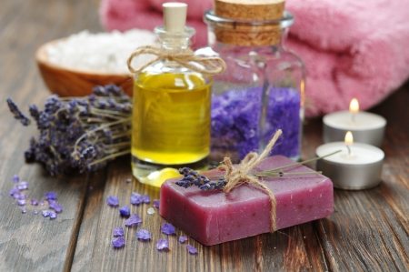 Herbal zeep met olie, zeezout en lavendel bloemen Stockfoto