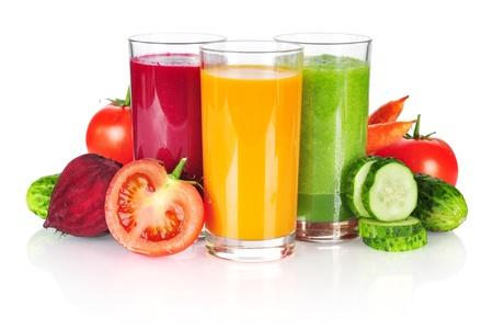 batidos de frutas: Batido de verduras frescas aisladas sobre fondo blanco