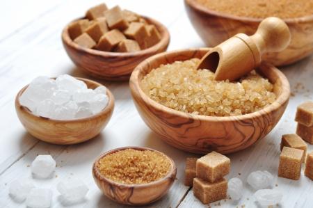 marrón: azúcar marrón y blanco en cuencos de madera de cerca Foto de archivo
