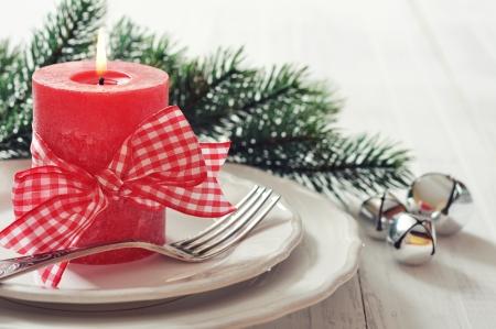 comida de navidad: Ajuste de la tabla de Navidad con velas rojas y ramas de abeto