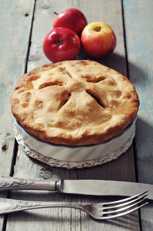 pastel de manzana: Tarta de manzana casera con manzanas frescas sobre fondo de madera Foto de archivo
