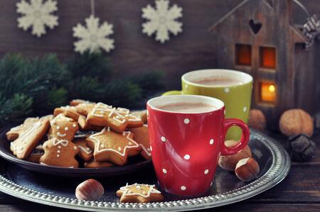 cioccolato natale: Vassoio con tazze di cioccolata calda e zenzero biscotti su una tavola di legno Archivio Fotografico